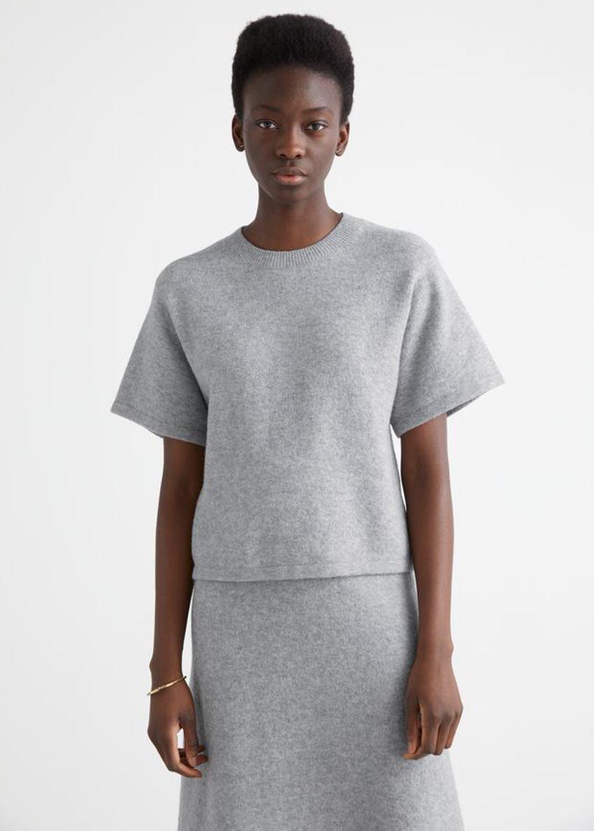 앤아더스토리즈 박시 울 블렌드 니트 티셔츠의 그레이컬러 ECOMLook입니다.
