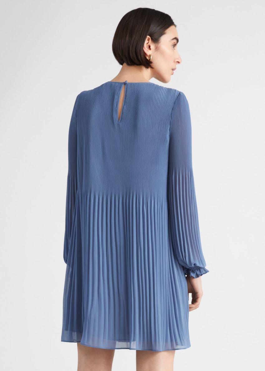 앤아더스토리즈 플리츠 미니 드레스의 블루컬러 ECOMLook입니다.