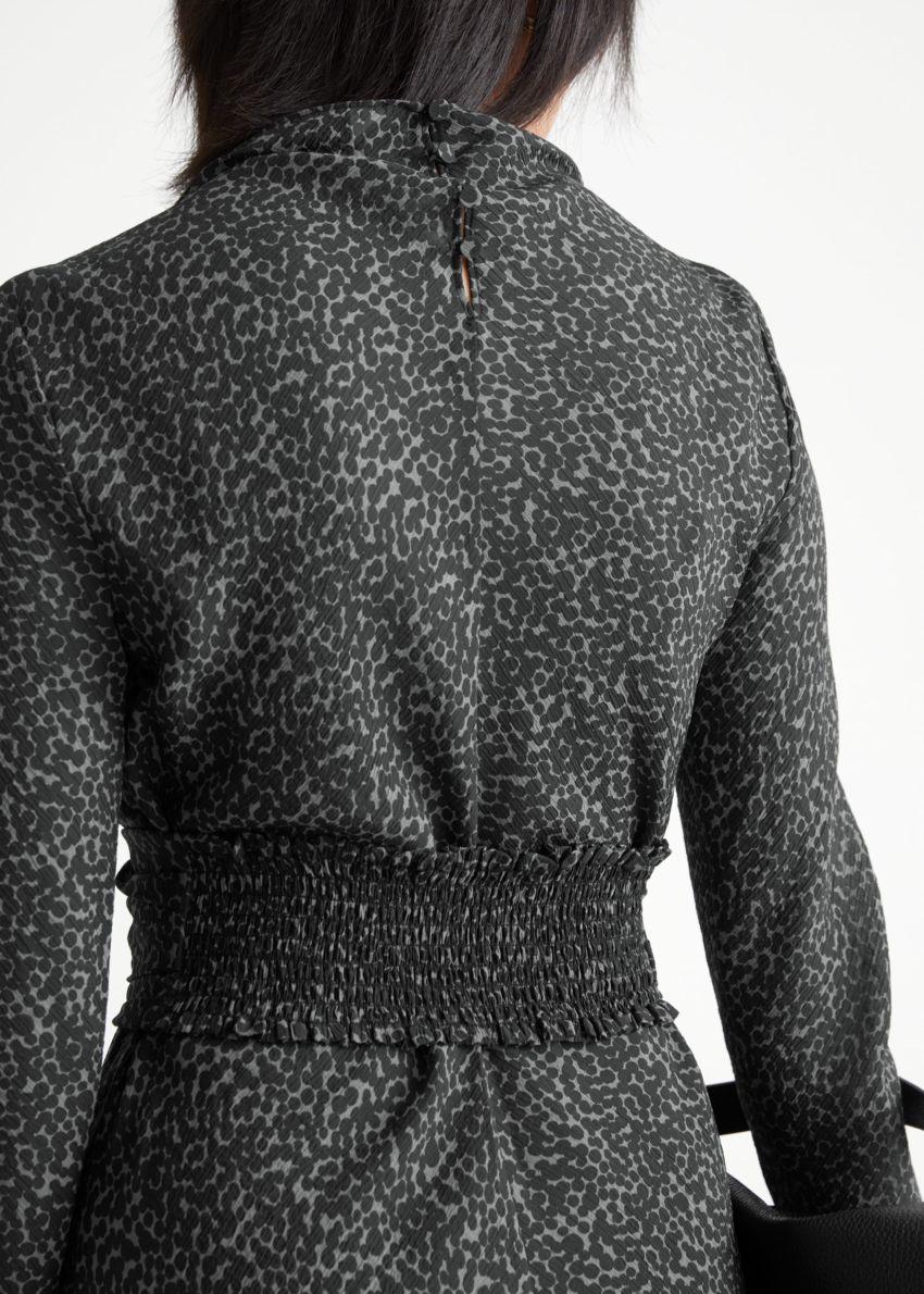 앤아더스토리즈 벨티드 플로티 미니 드레스의 그레이 프린트컬러 ECOMLook입니다.