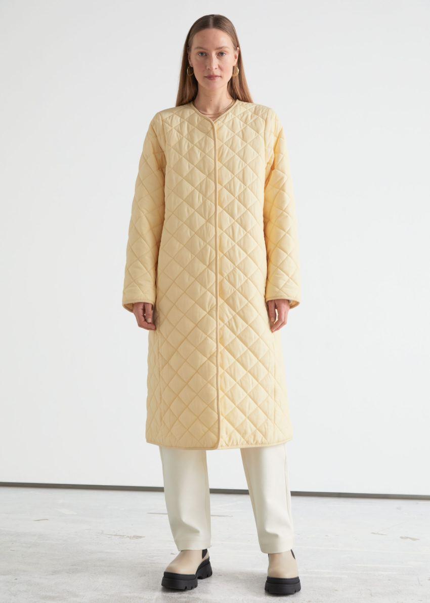 앤아더스토리즈 퀼티드 바나나 슬리브 코트의 라이트 옐로우컬러 ECOMLook입니다.