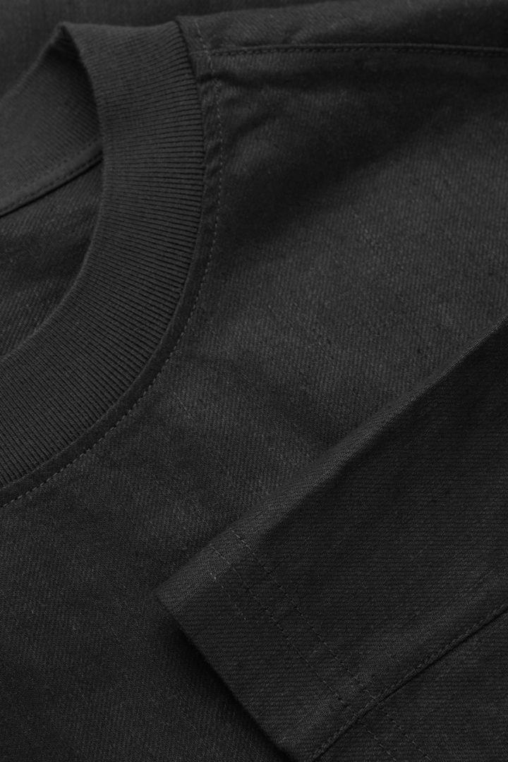 COS 데님 티셔츠의 블랙컬러 Detail입니다.