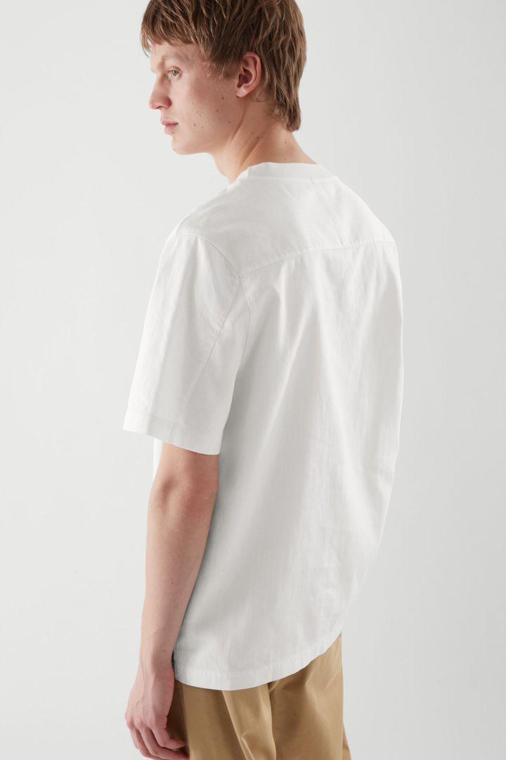 COS 데님 티셔츠의 화이트컬러 ECOMLook입니다.