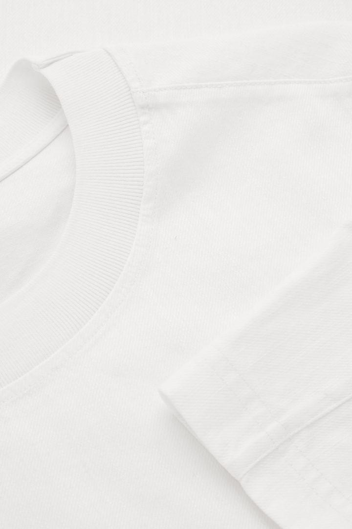 COS 데님 티셔츠의 화이트컬러 Detail입니다.