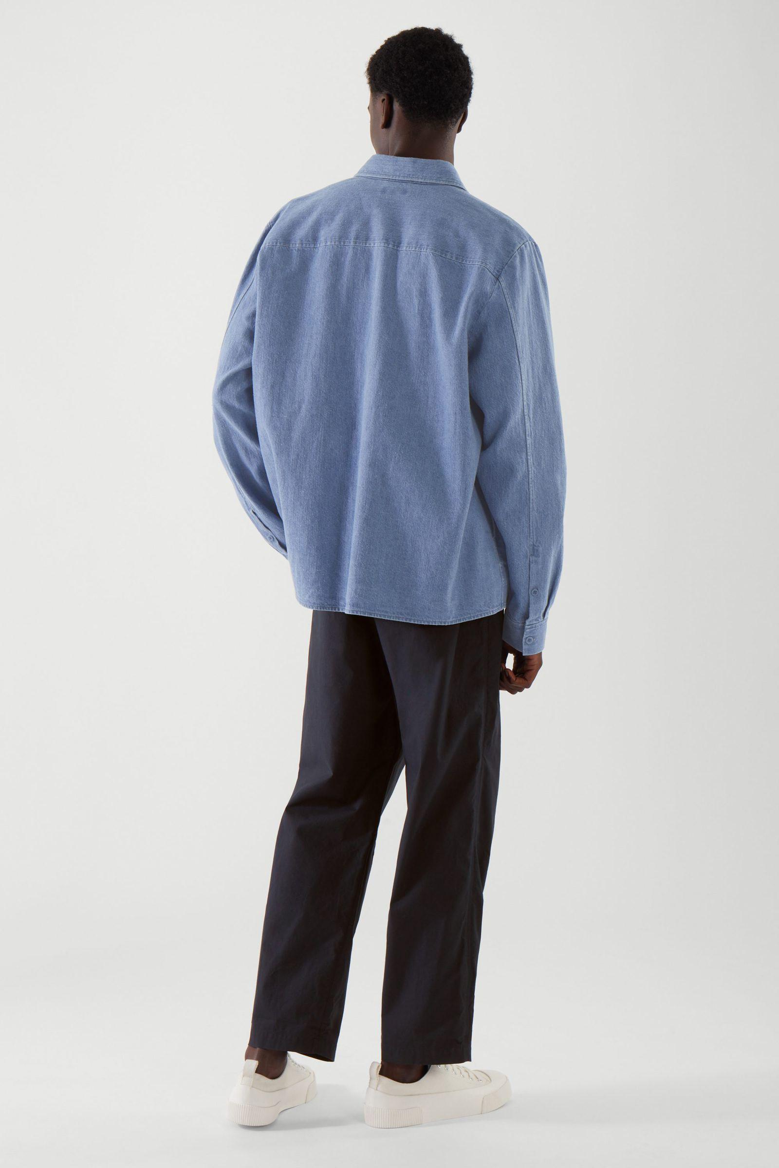 COS 헴프 오버셔츠의 블루컬러 ECOMLook입니다.