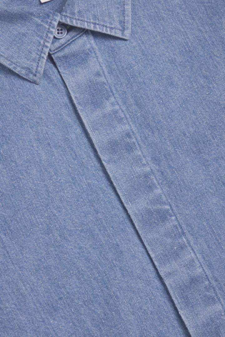 COS 헴프 오버셔츠의 블루컬러 Detail입니다.