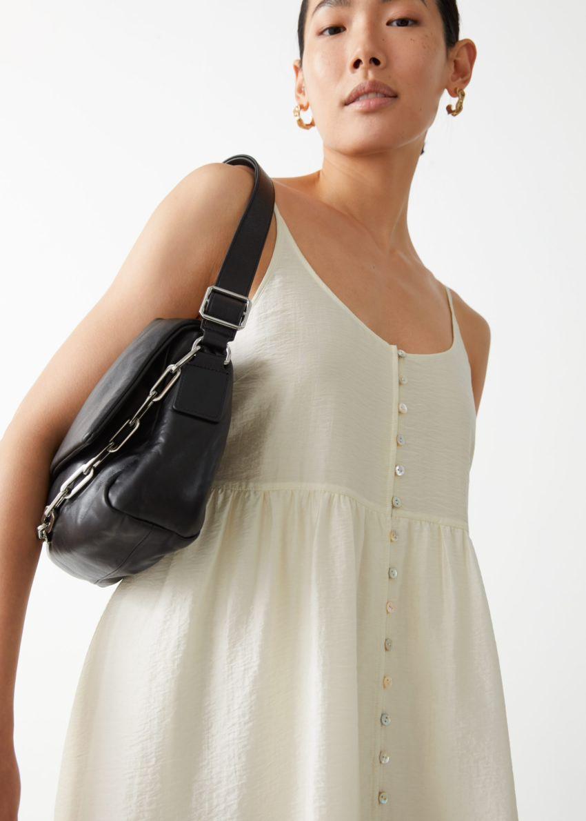 앤아더스토리즈 스트래피 버튼 맥시 드레스의 화이트컬러 ECOMLook입니다.