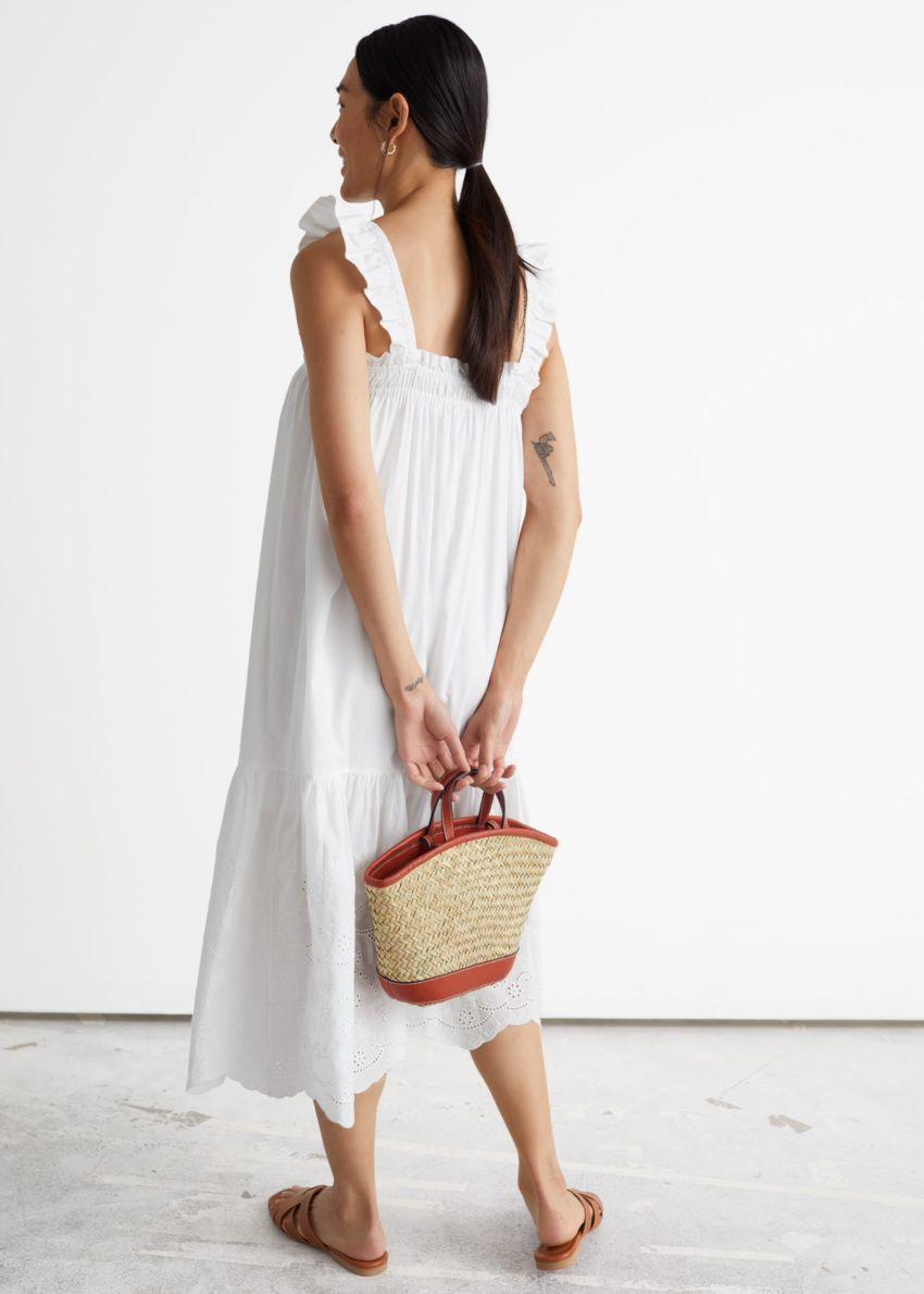 앤아더스토리즈 프릴 엠브로이더리 미디 드레스의 화이트컬러 ECOMLook입니다.
