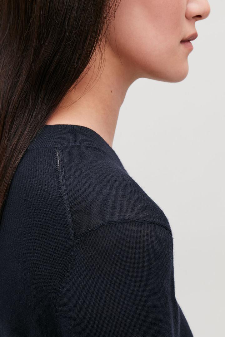 COS default image 1 of 블루 in 크루넥 메리노 스웨터
