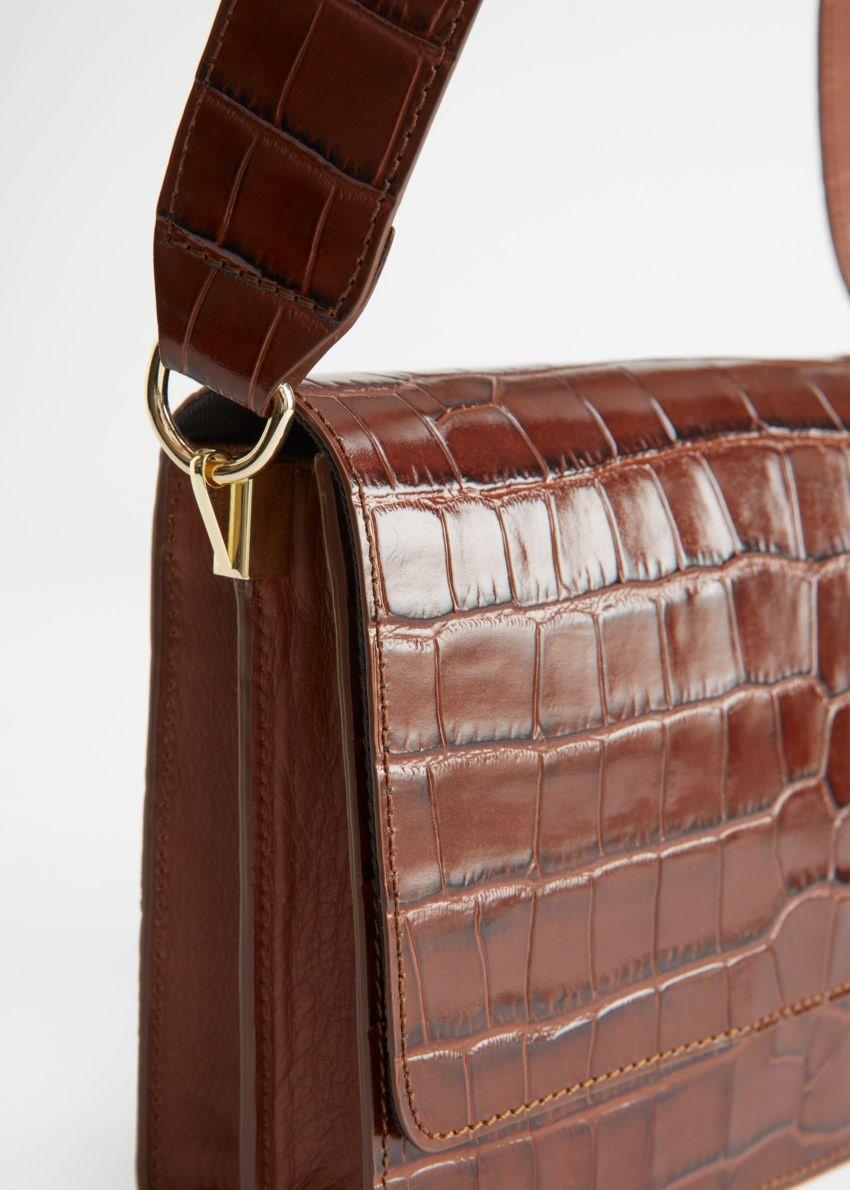 앤아더스토리즈 페이턴트 레더 크로크 엠보스드 백의 브라운컬러 Detail입니다.