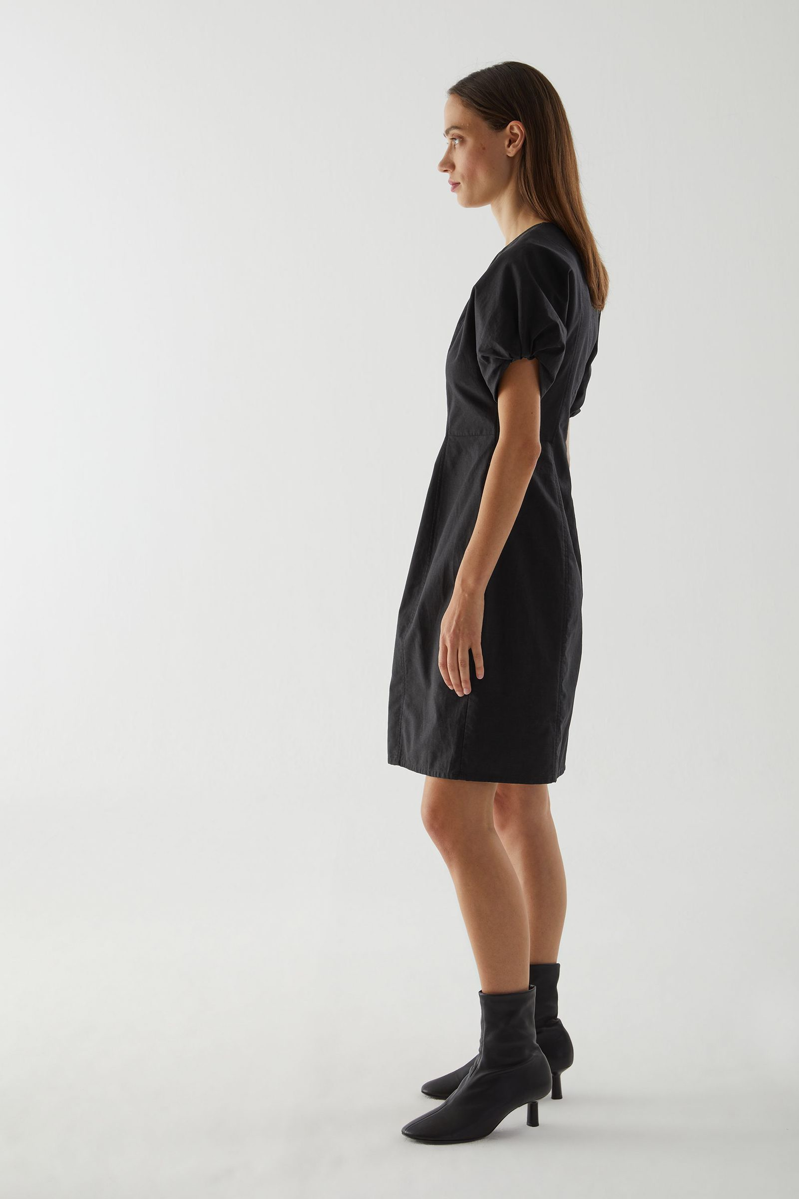 COS 스컬프티드 코튼 퍼프 슬리브 드레스의 블랙컬러 ECOMLook입니다.
