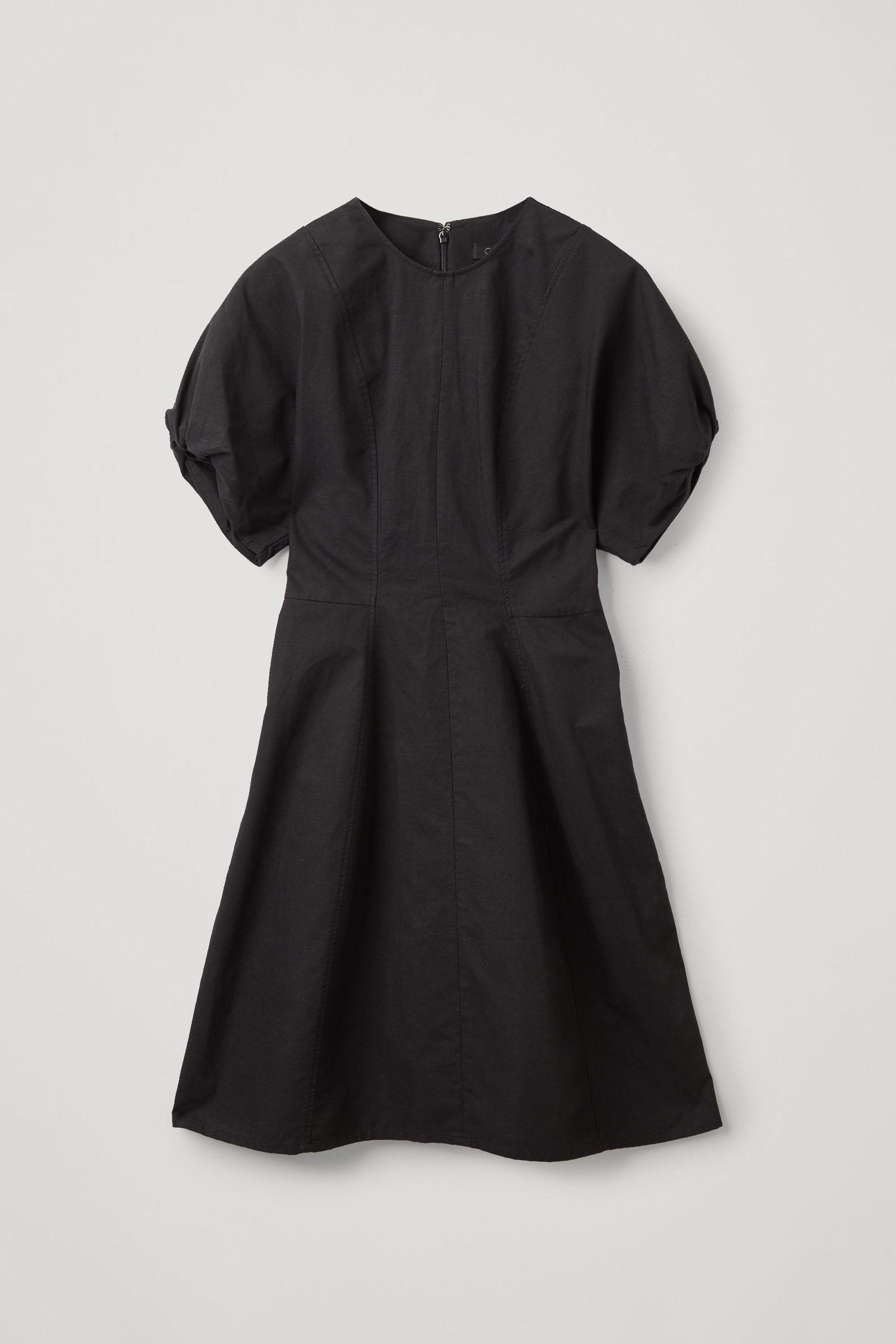 COS 스컬프티드 코튼 퍼프 슬리브 드레스의 블랙컬러 Product입니다.