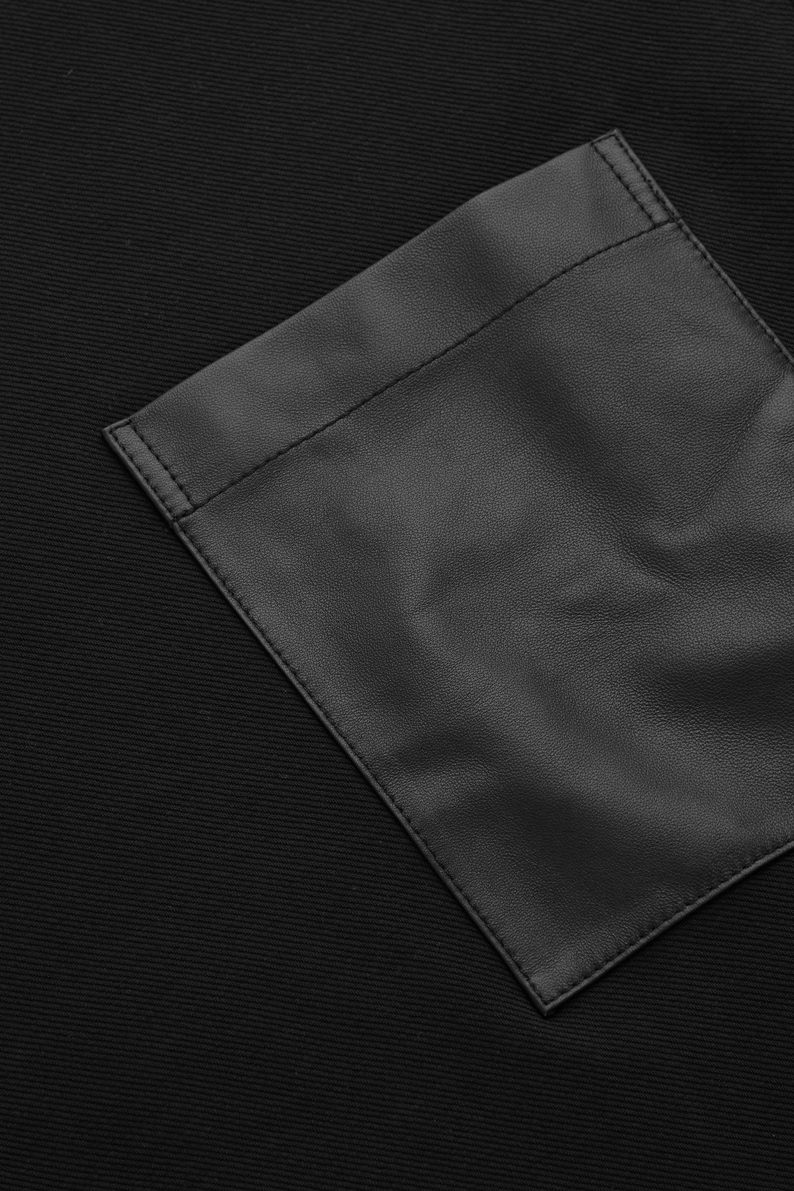 COS 레더 패치 포켓 스웻셔츠의 블랙컬러 Detail입니다.