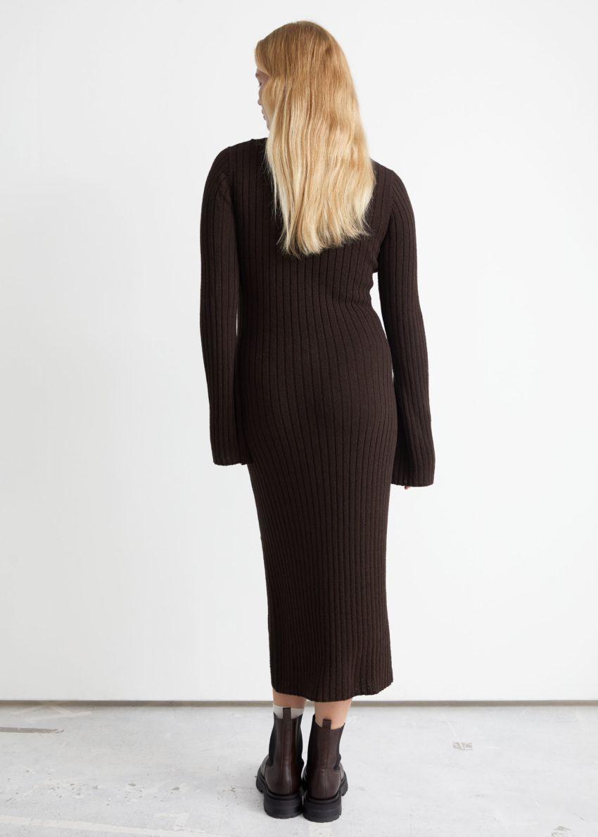 앤아더스토리즈 립 미디 니트 드레스의 다크 브라운컬러 ECOMLook입니다.