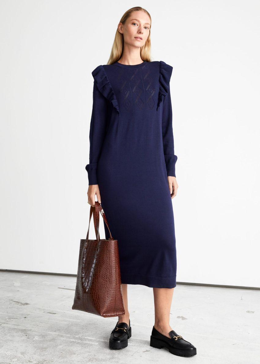 앤아더스토리즈 포인텔 니트 미디 드레스의 다크 블루컬러 ECOMLook입니다.