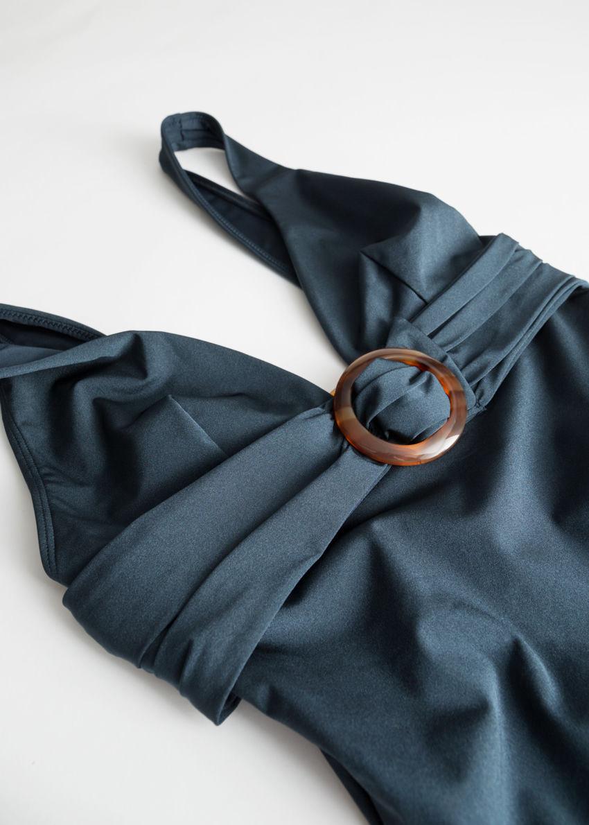 앤아더스토리즈 O 링 벨티드 스윔수트의 블루컬러 Product입니다.