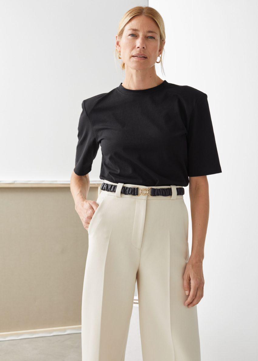 앤아더스토리즈 릴렉스드 패디드 숄더 티셔츠의 블랙컬러 ECOMLook입니다.