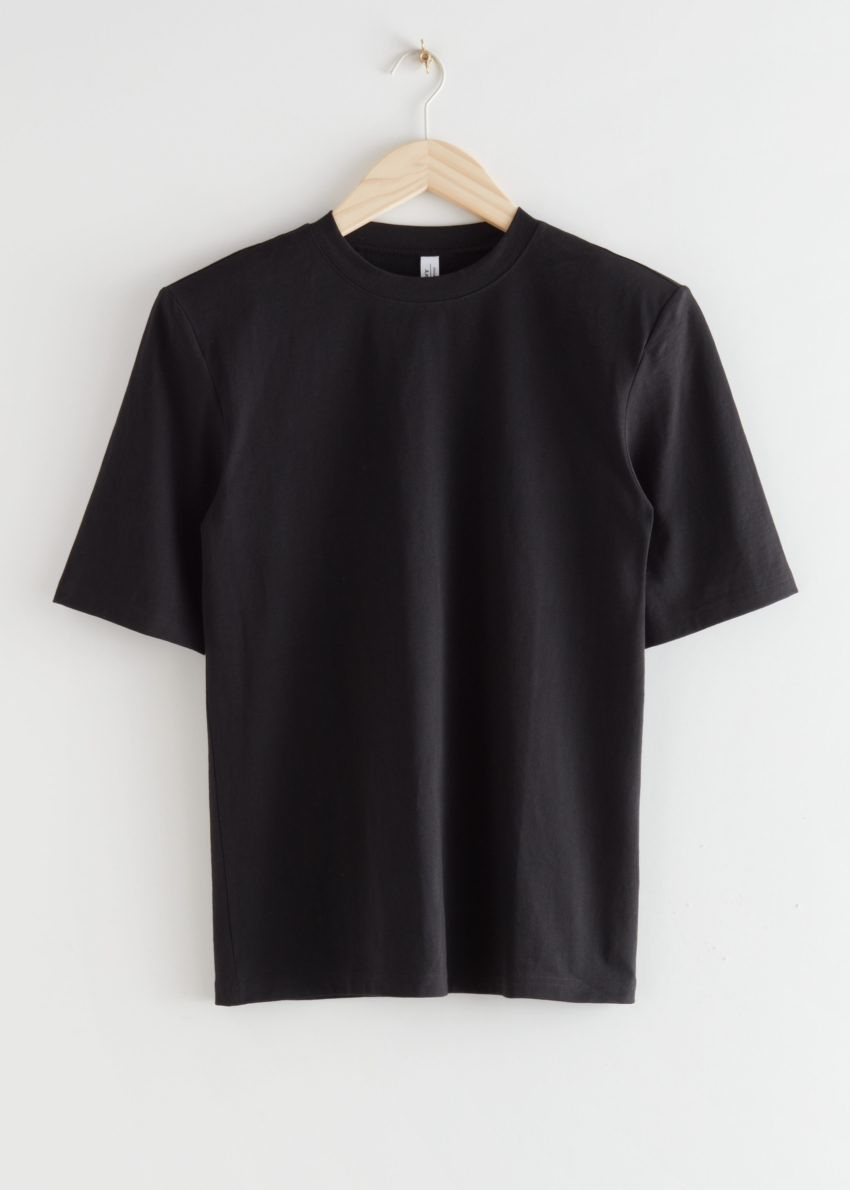 앤아더스토리즈 릴렉스드 패디드 숄더 티셔츠의 블랙컬러 Product입니다.