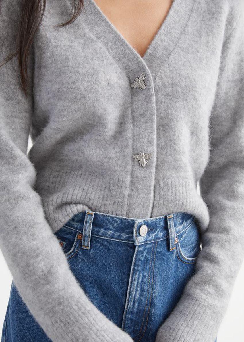 앤아더스토리즈 허니비 버튼 알파카 블렌드 가디건의 그레이 멜란지컬러 ECOMLook입니다.