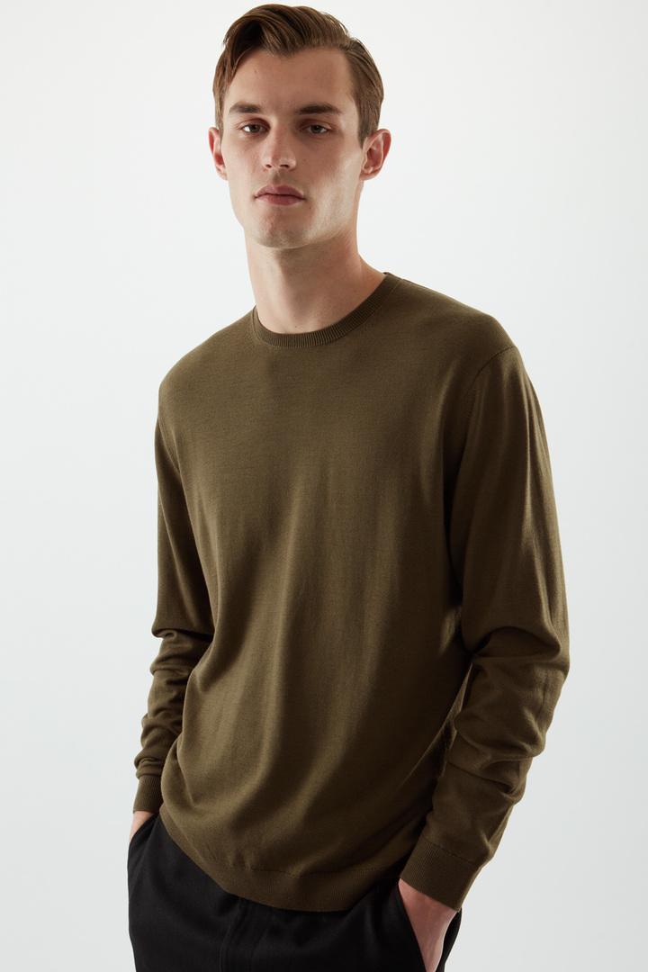 COS 메리노 크루넥 스웨터의 다크 그린컬러 ECOMLook입니다.