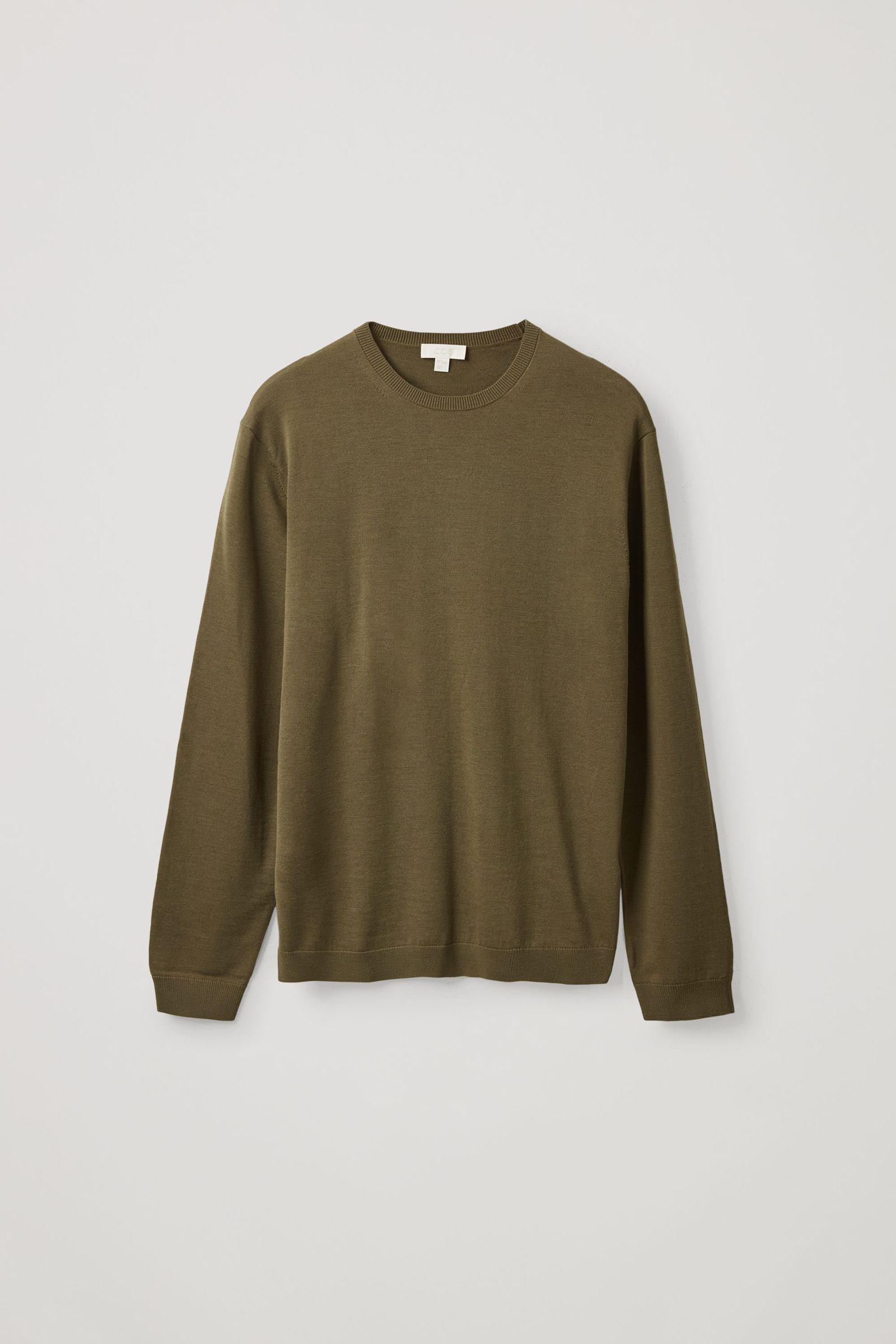 COS 메리노 크루넥 스웨터의 다크 그린컬러 Product입니다.