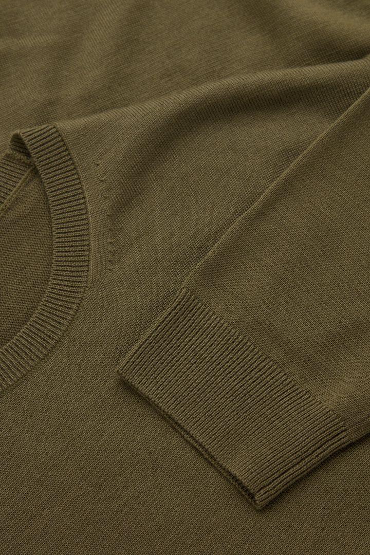 COS 메리노 크루넥 스웨터의 다크 그린컬러 Detail입니다.