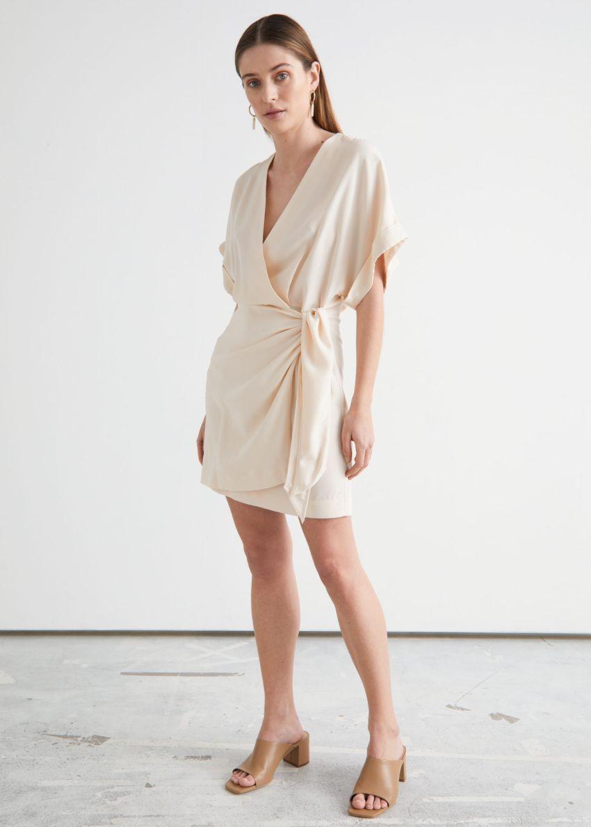 앤아더스토리즈 릴렉스드 랩 미니 드레스의 크림컬러 ECOMLook입니다.