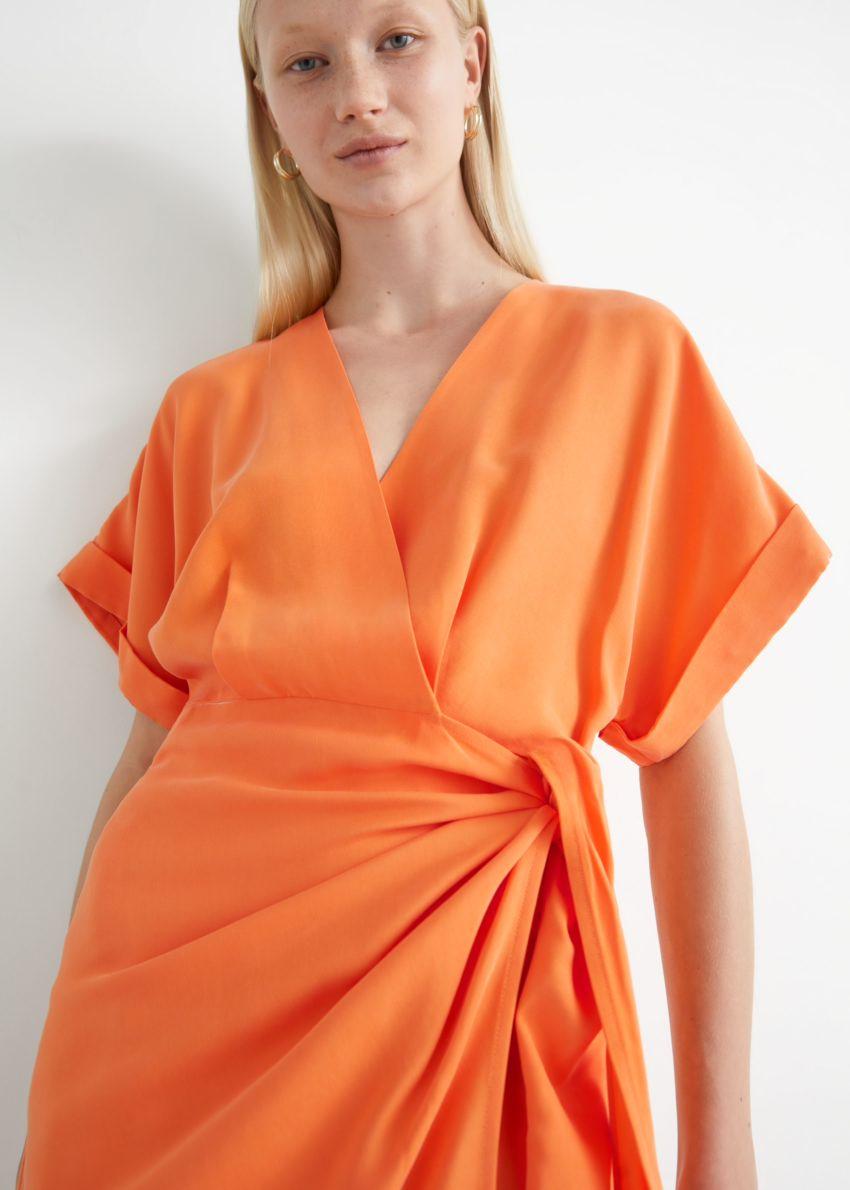 앤아더스토리즈 릴렉스드 랩 미니 드레스의 오렌지컬러 ECOMLook입니다.