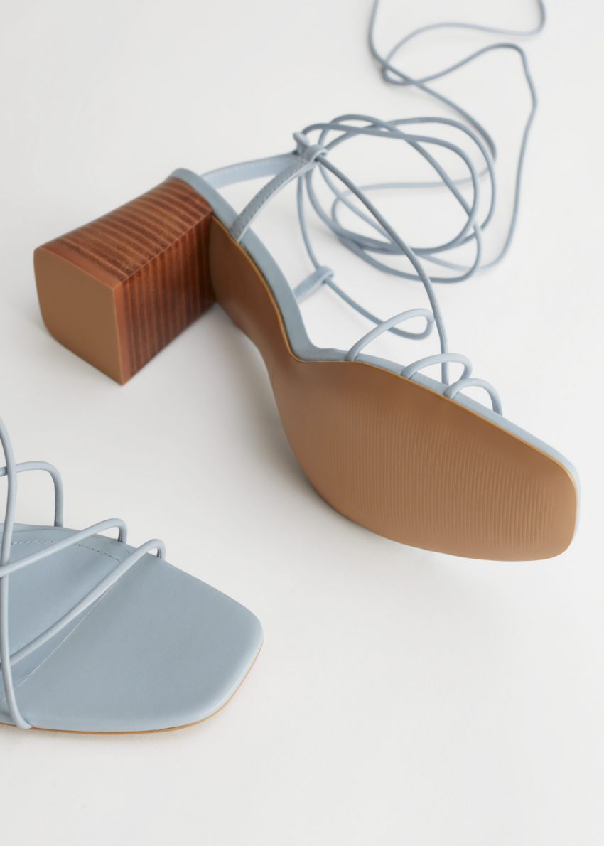 앤아더스토리즈 스트래피 블록 힐 레더 샌들의 라이트 블루컬러 Product입니다.