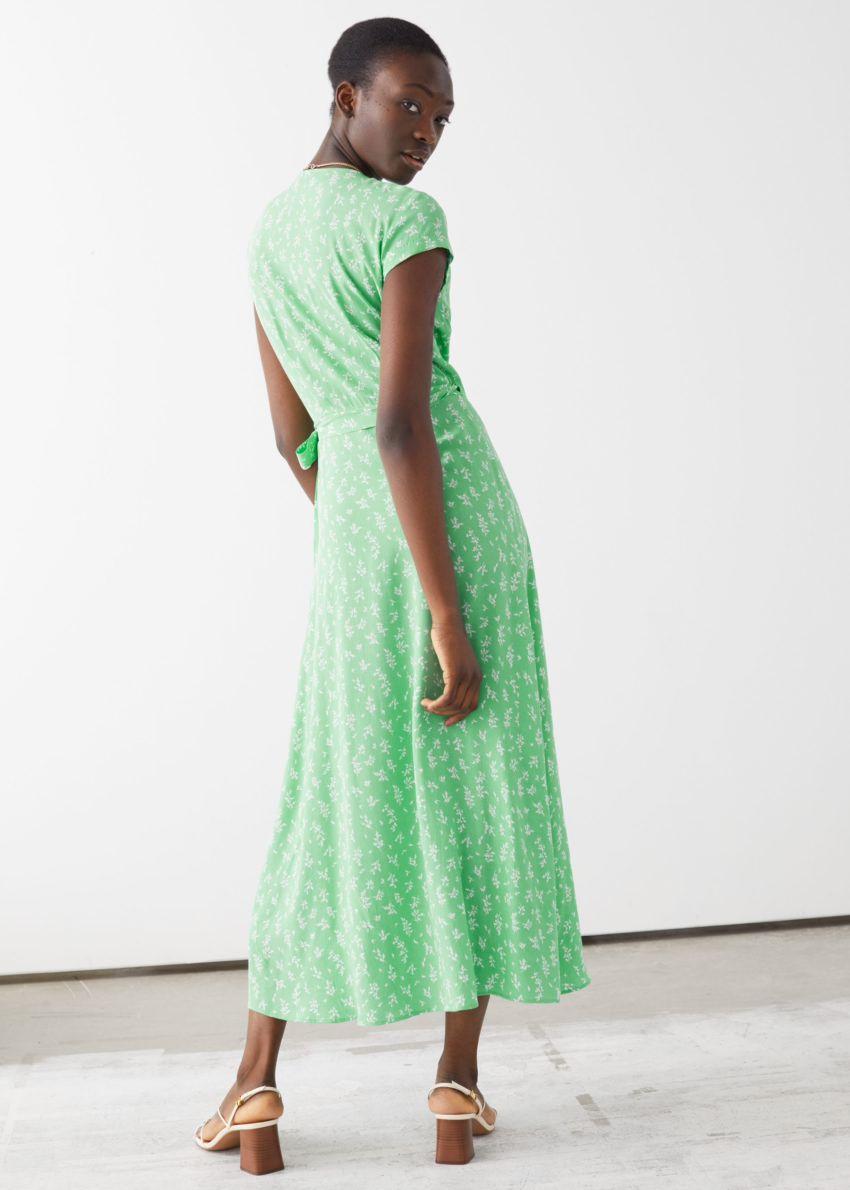 앤아더스토리즈 플로럴 미디 랩 드레스의 그린 플로럴컬러 ECOMLook입니다.
