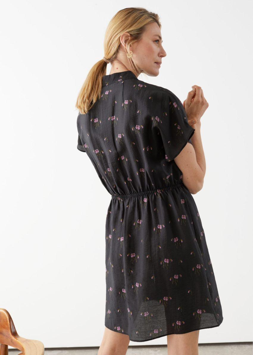 앤아더스토리즈 릴렉스드 버튼 미니 드레스의 블랙컬러 ECOMLook입니다.