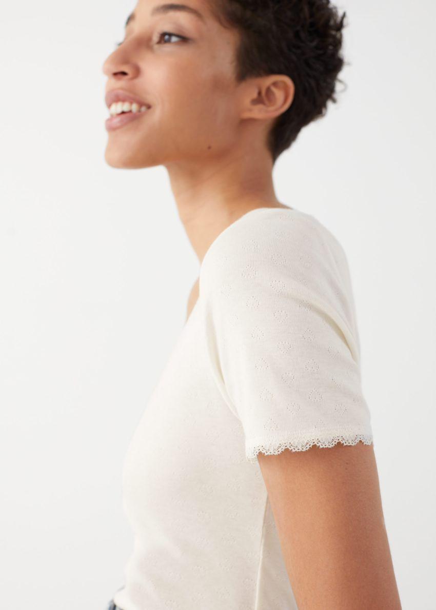 앤아더스토리즈 립 레이스 트림 티셔츠의 화이트컬러 ECOMLook입니다.