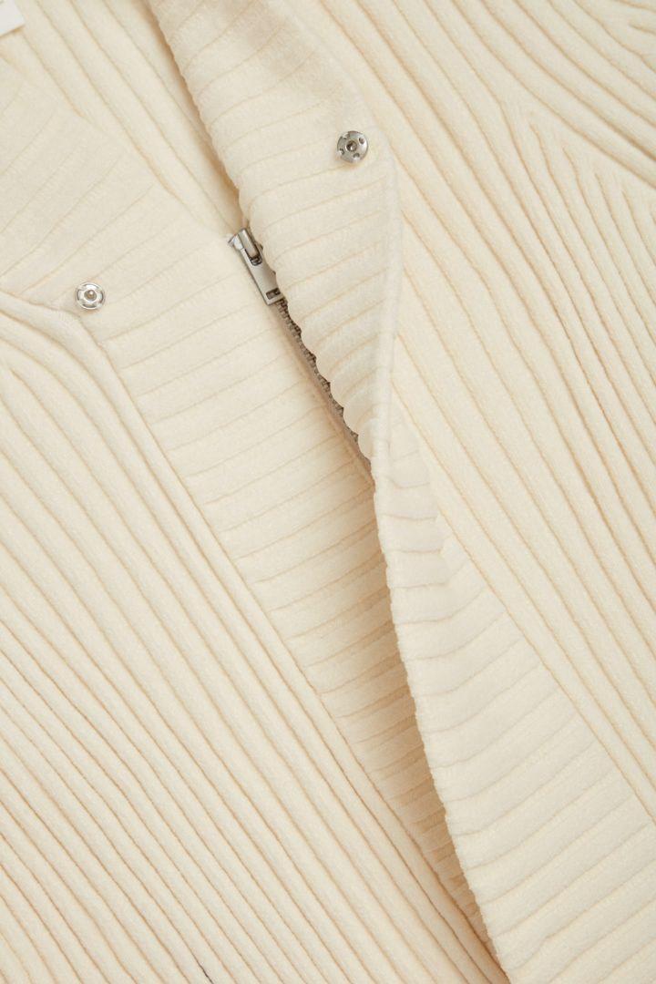 COS 오가닉 코튼 셔닐 가디건의 화이트컬러 Detail입니다.