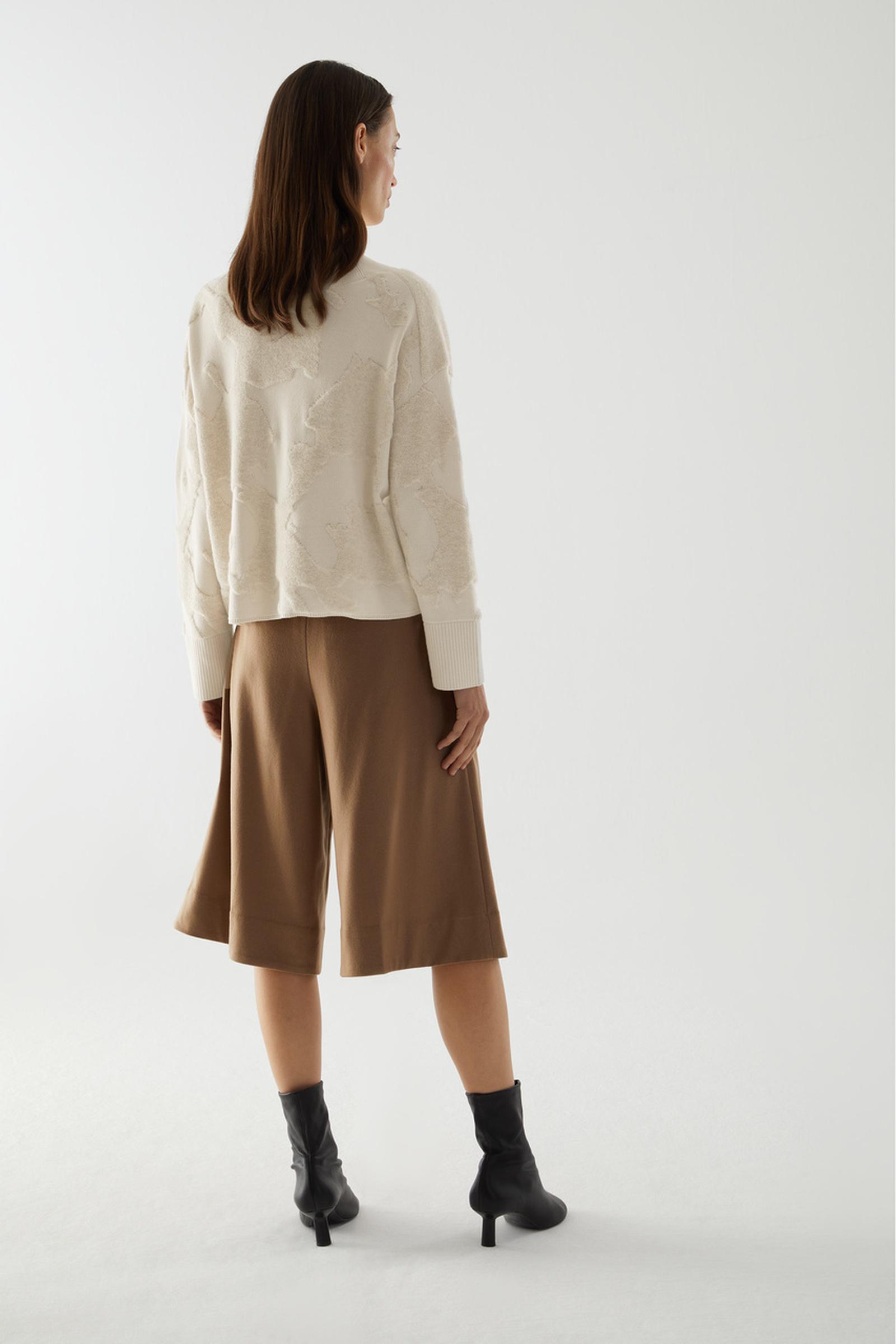 COS 오가닉 코튼 울 믹스 V넥 패턴드 스웨터의 베이지컬러 ECOMLook입니다.
