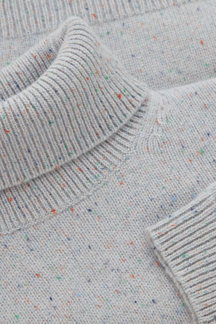 COS 캐시미어 롤넥 스웨터의 그레이컬러 Detail입니다.