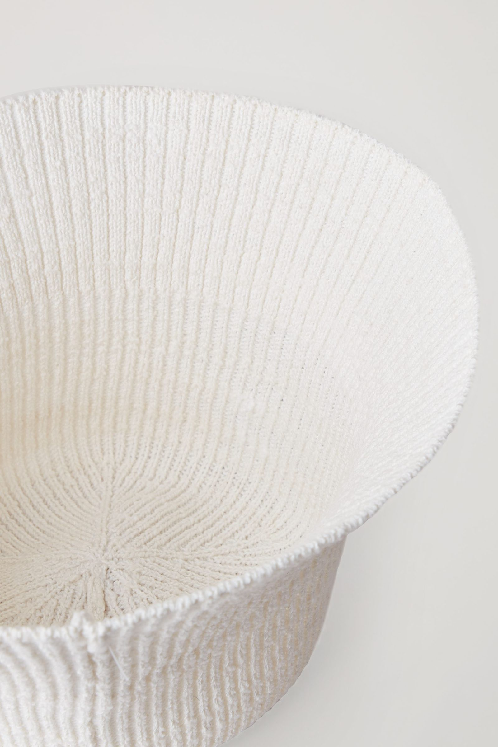 COS 니티드 버킷 햇의 화이트컬러 Detail입니다.