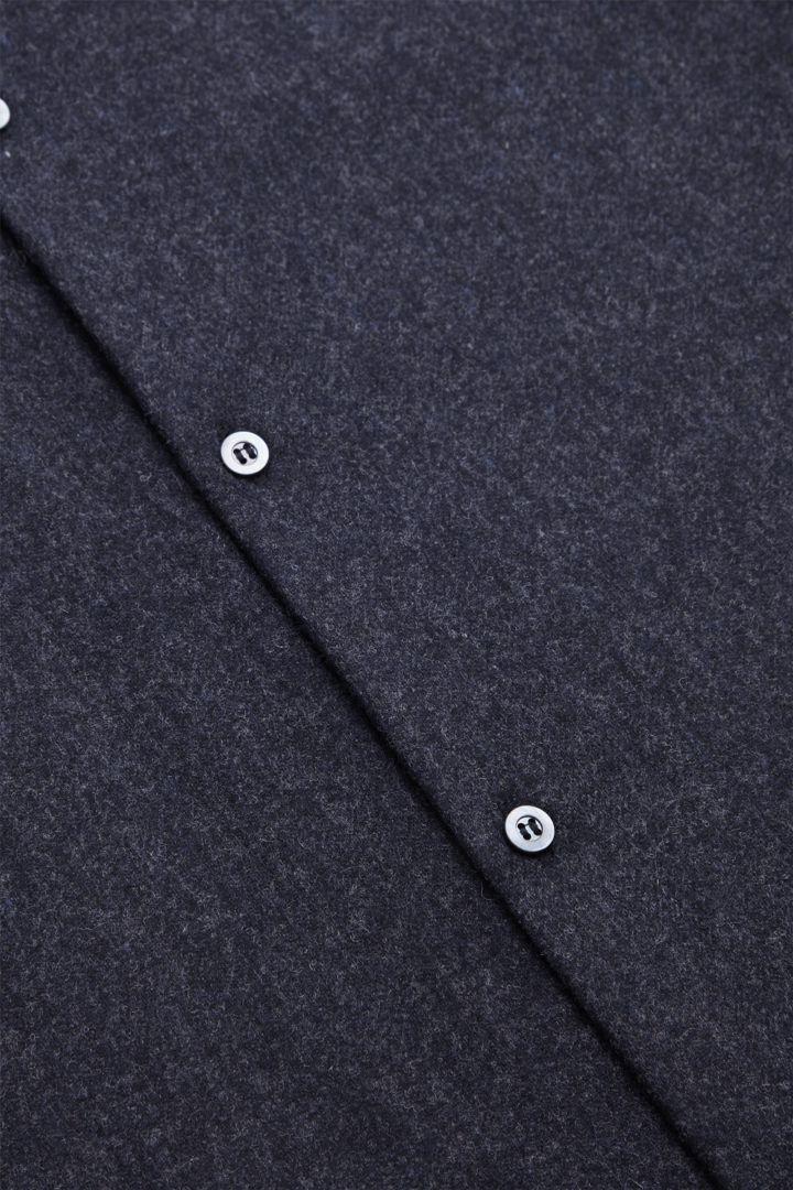 COS 펠트 칼라리스 오버셔츠의 다크 네이비컬러 Detail입니다.