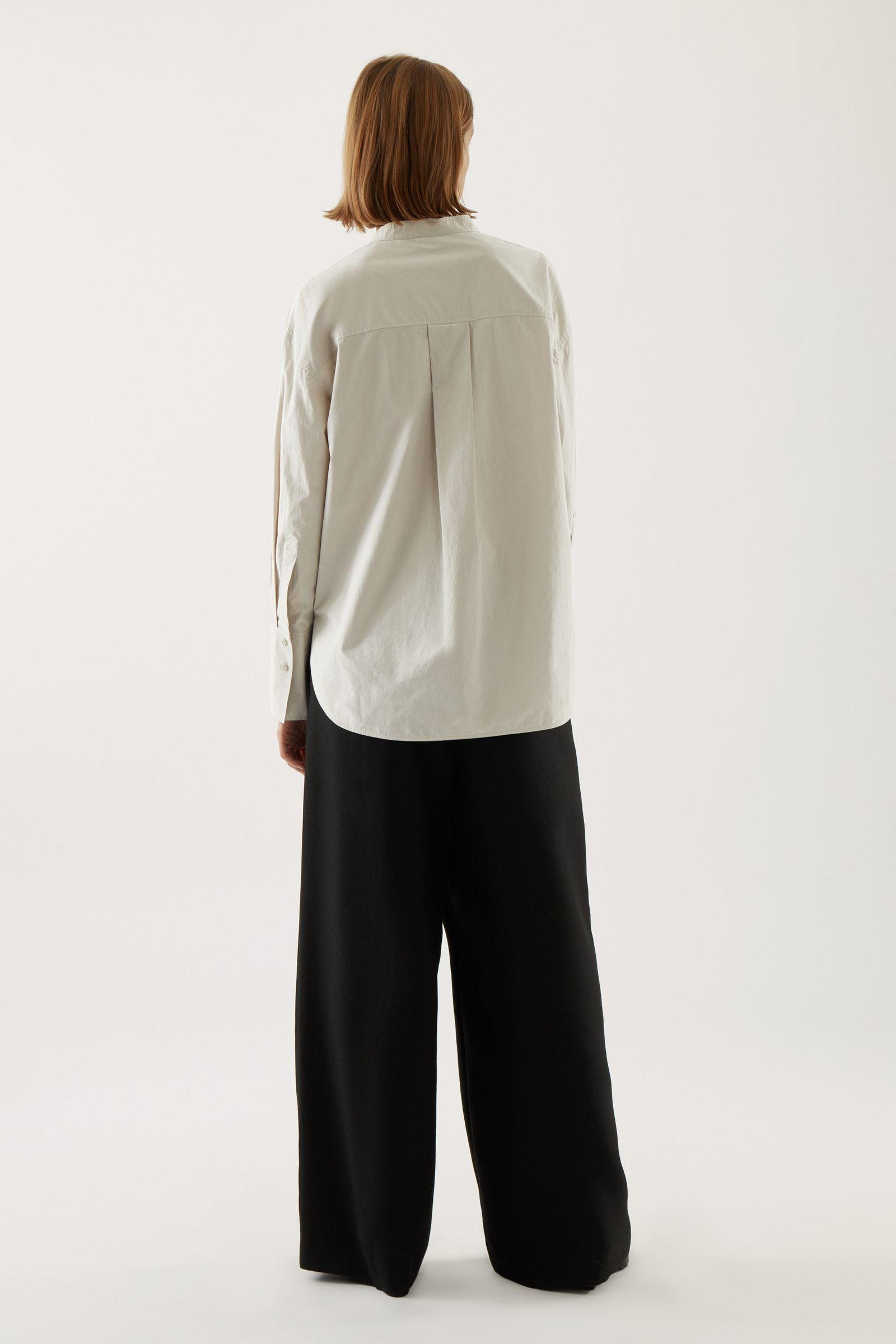 COS 오버사이즈 코튼 보이프렌드 셔츠의 몰 그레이컬러 ECOMLook입니다.