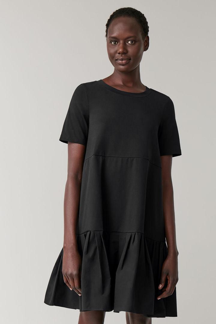 COS 개더드 패널 코튼 드레스의 블랙컬러 ECOMLook입니다.