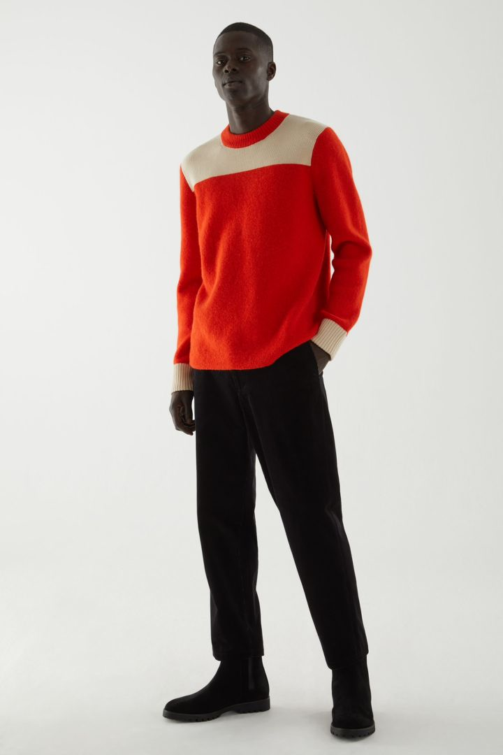 COS 울 리사이클 나일론 믹스 컬러 블록 니티드 스웨터의 오렌지 / 베이지컬러 ECOMLook입니다.