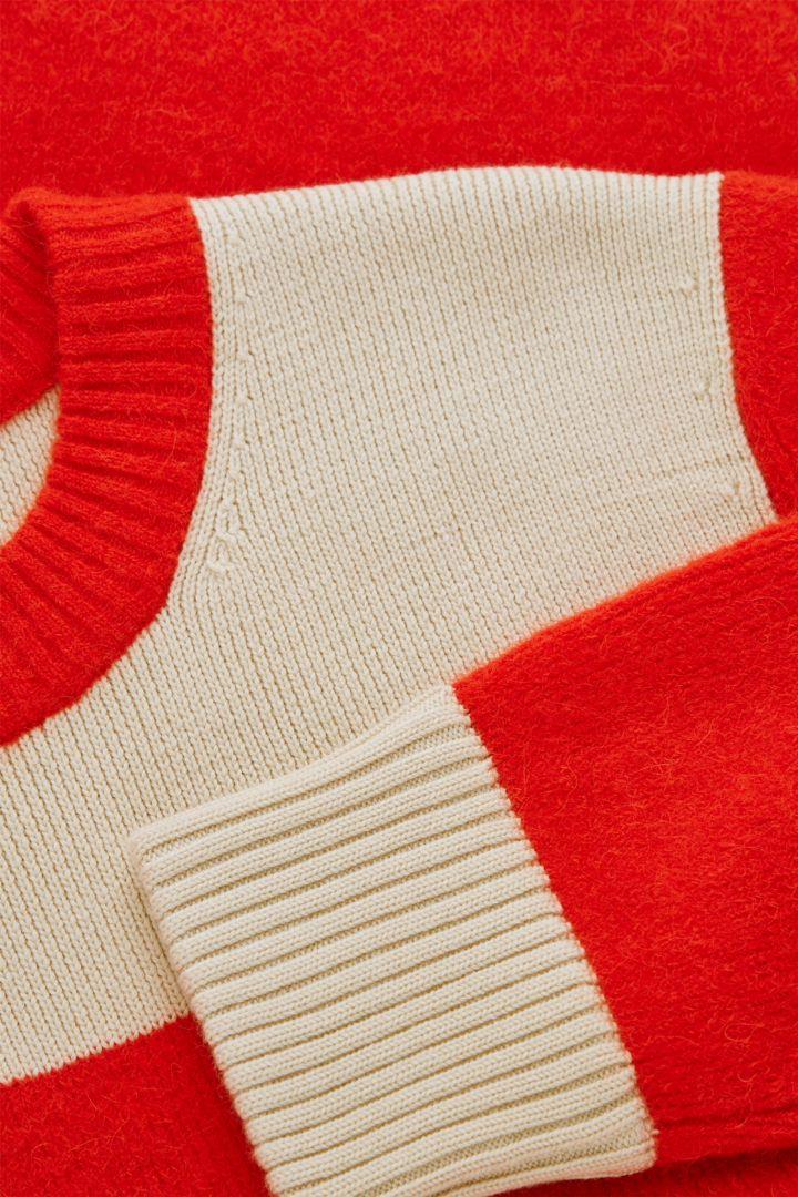 COS 울 리사이클 나일론 믹스 컬러 블록 니티드 스웨터의 오렌지 / 베이지컬러 Detail입니다.