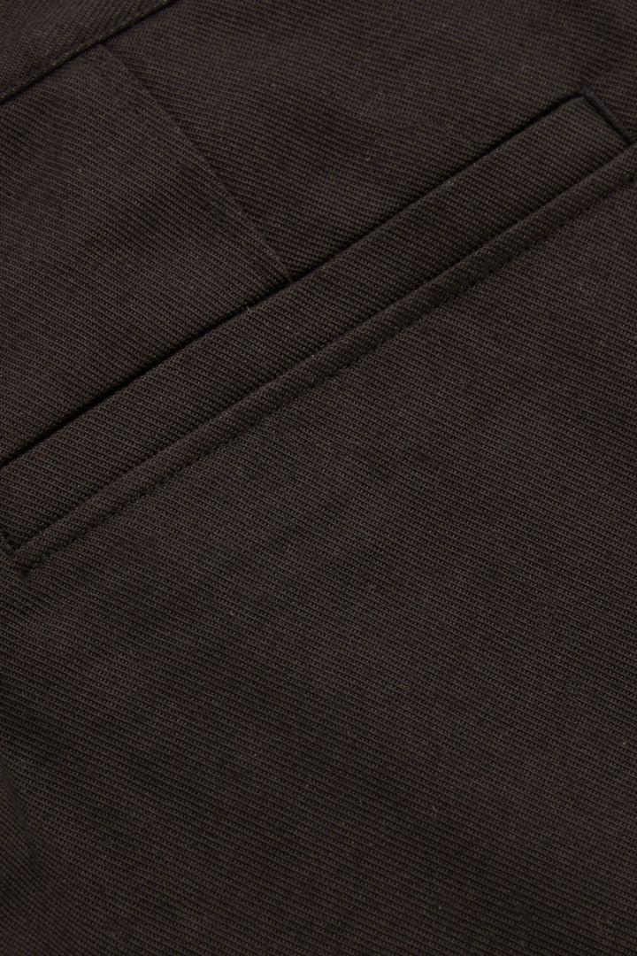 COS 드롭 크로치 테일러드 코튼 치노 트라우저의 블랙컬러 Detail입니다.