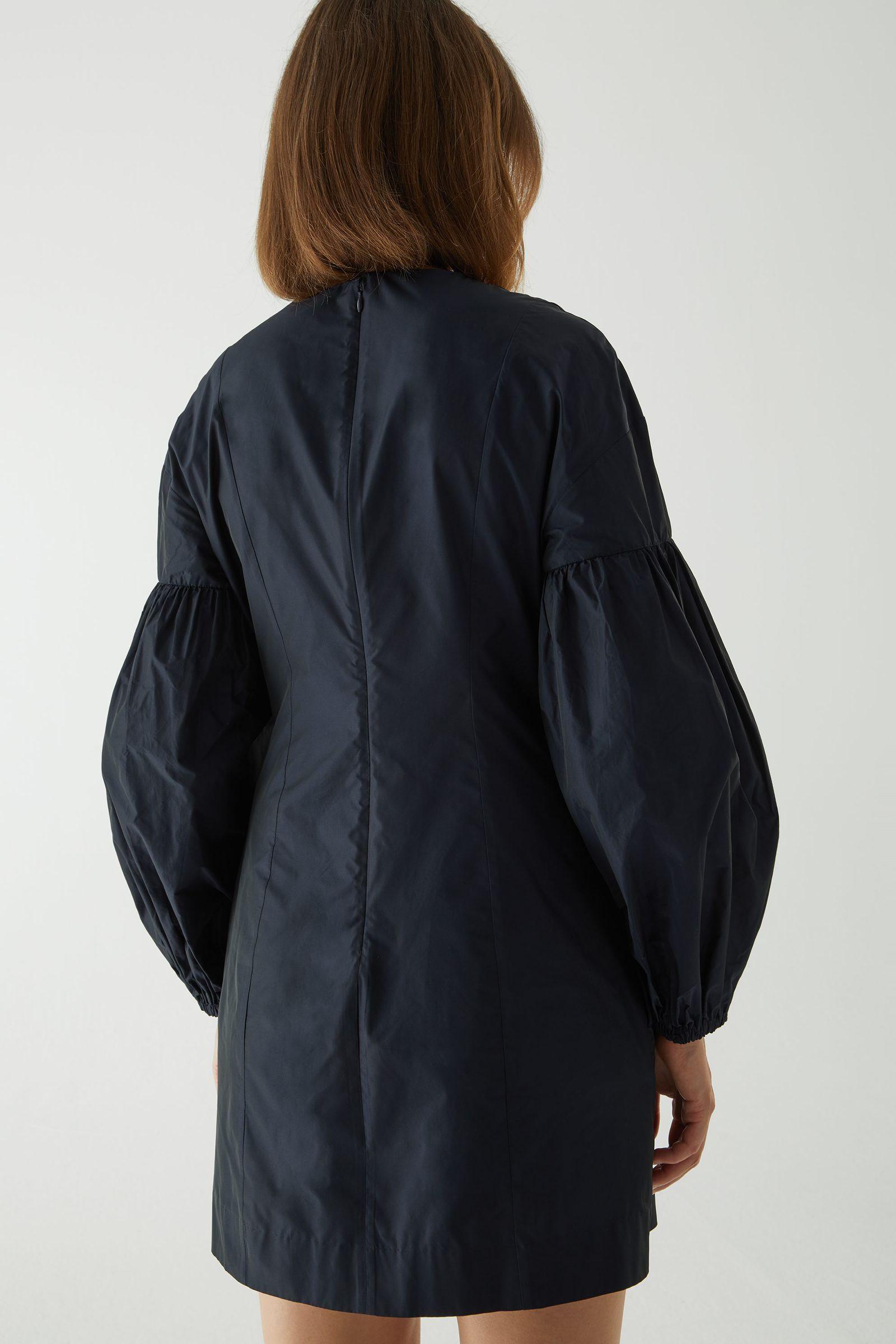 COS 볼륨 슬리브 웨이스트 드레스의 네이비컬러 ECOMLook입니다.
