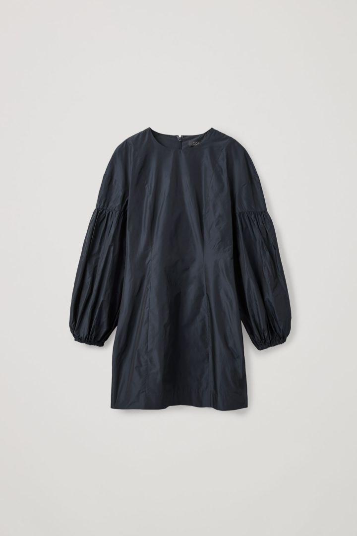 COS 볼륨 슬리브 웨이스트 드레스의 네이비컬러 Product입니다.