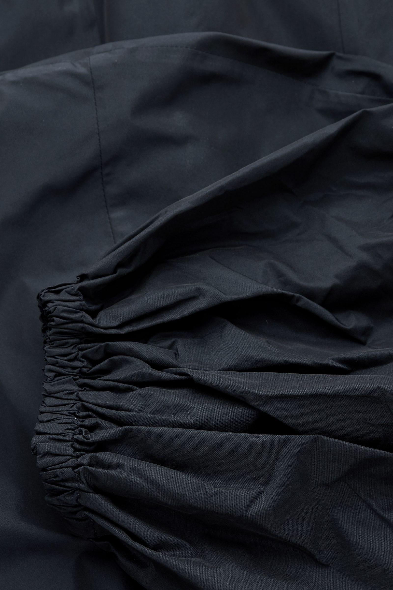 COS 볼륨 슬리브 웨이스트 드레스의 네이비컬러 Detail입니다.