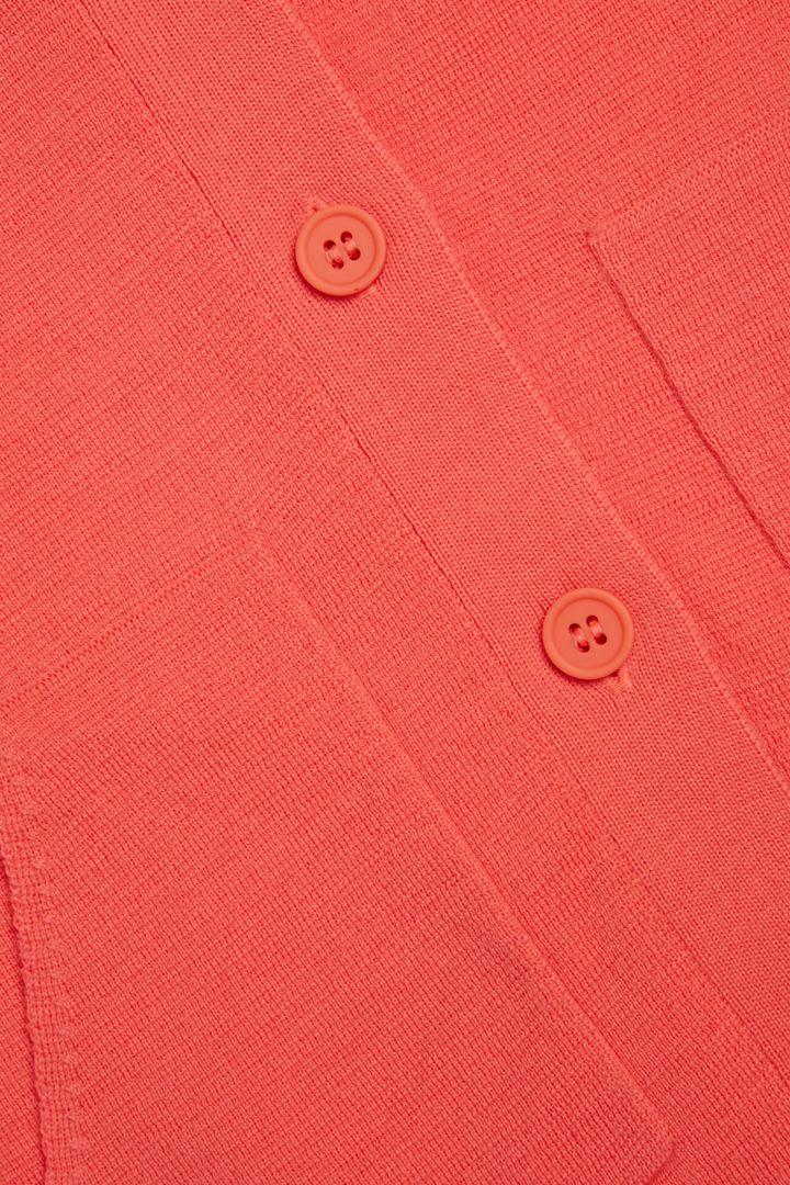 COS V넥 메리노 가디건의 레드컬러 Detail입니다.