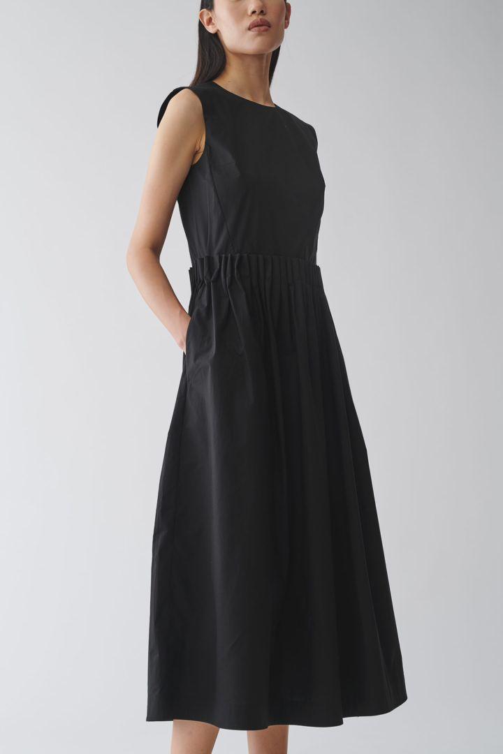 COS 플레어 코튼 드레스의 블랙컬러 ECOMLook입니다.