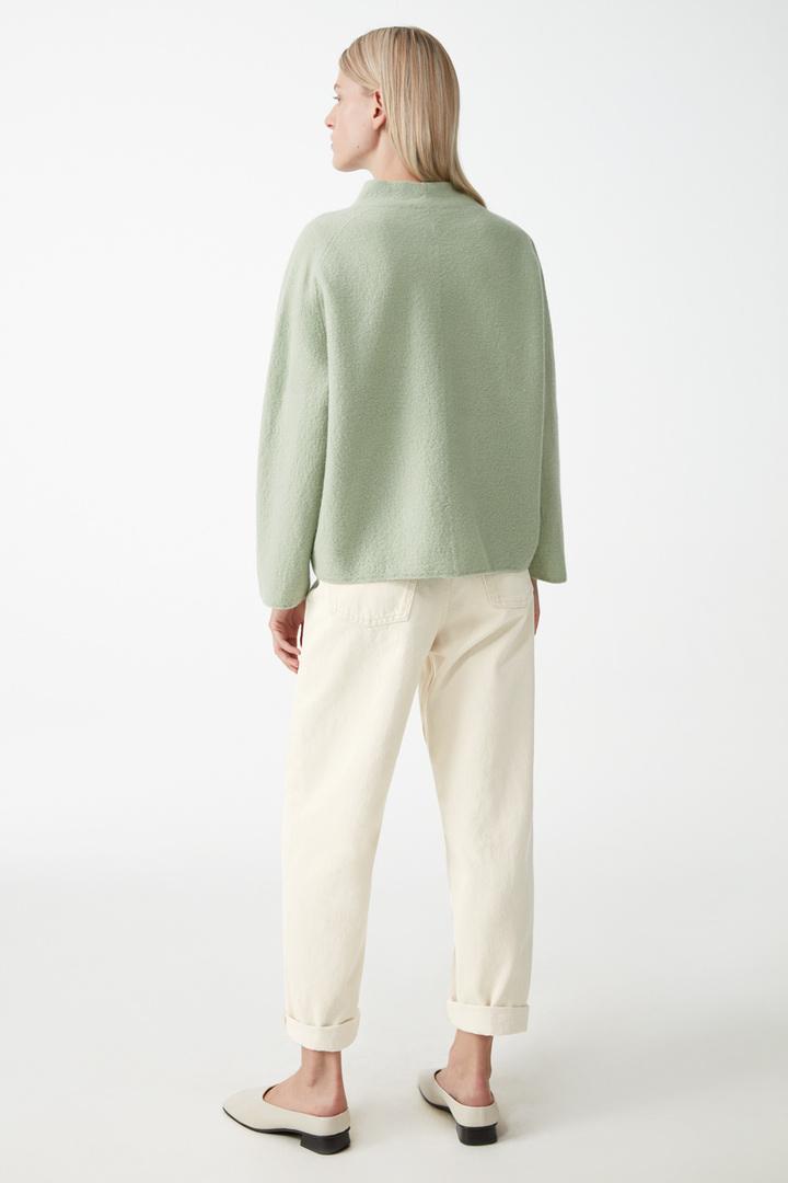 COS 보일드 울 집업 재킷의 그린컬러 ECOMLook입니다.