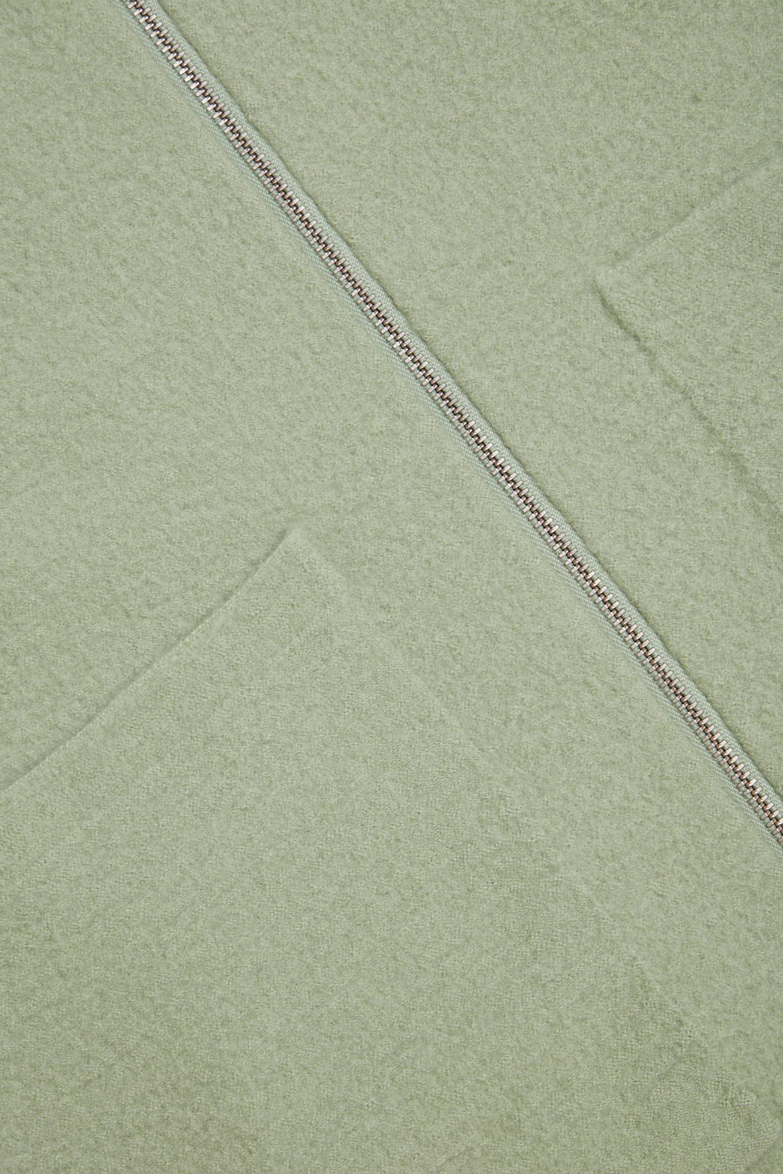COS 보일드 울 집업 재킷의 그린컬러 Detail입니다.