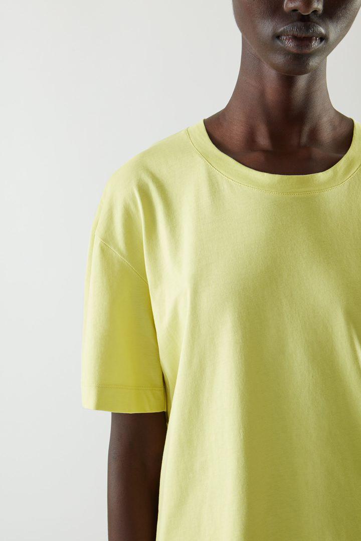 COS 오버사이즈 오가닉 코튼 저지 티셔츠의 라이트 그린컬러 ECOMLook입니다.