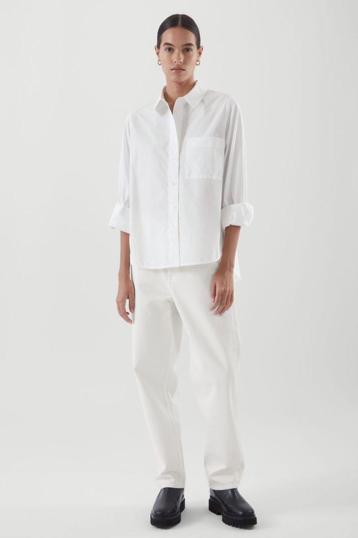 COS 코튼 보이프렌드 셔츠의 화이트컬러 ECOMLook입니다.